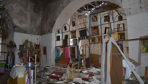 Поврежденная церковь в Луганской области