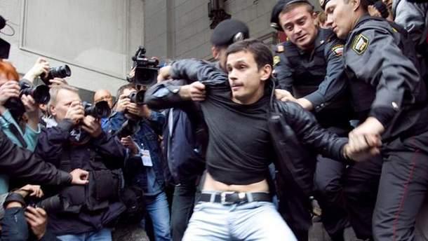 Илья Яшин во время одного из задержаний