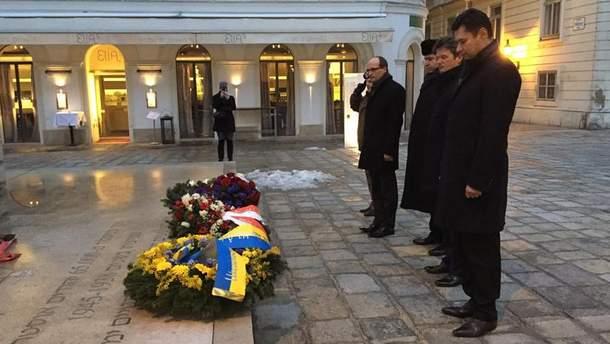 Александр Щерба (крайний справа) возлагает венки к памятнику жертв Холокоста