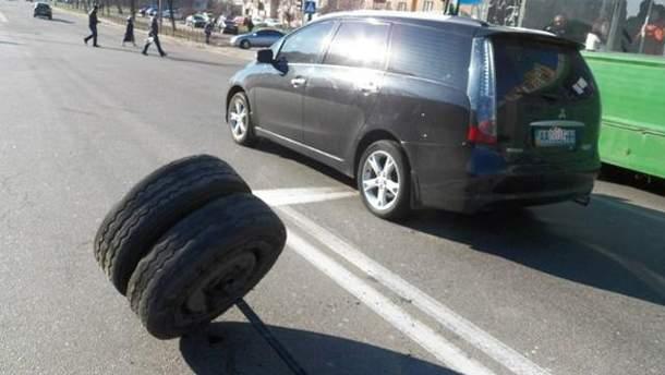 На Троещине у маршрутки отпали колеса