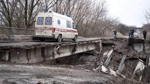 Разрушенный мост в Луганской области