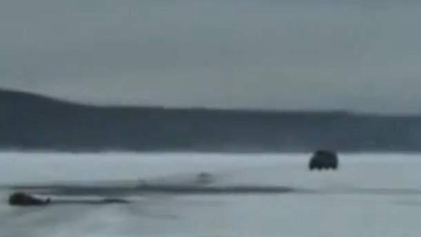 Машина їде по замерзлому озеру