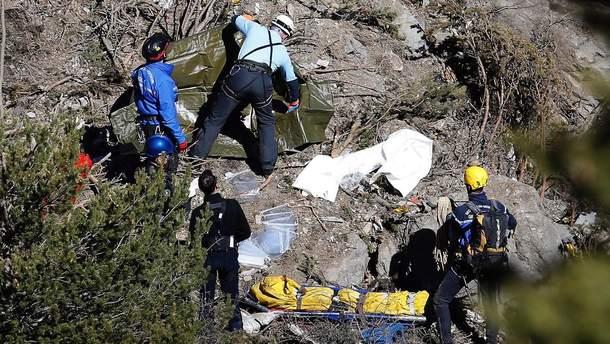 Спасатели возле обломков самолета