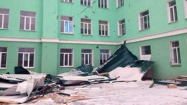 У Луганську вітер зніс у школі дах