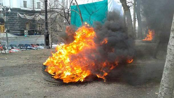 """Вкладчики """"Дельта Банка"""" зажгли шины под Кабмином"""