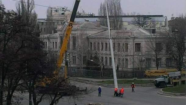 В Харькове демонтируют стелу