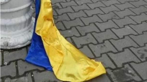 В Константиновке мужчина сорвал флаг