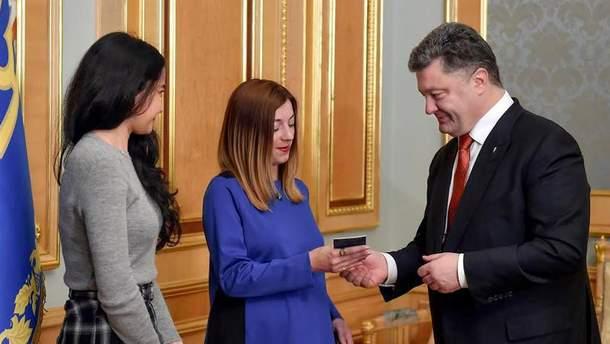 Порошенко вручил паспорт Украины Сергацковой