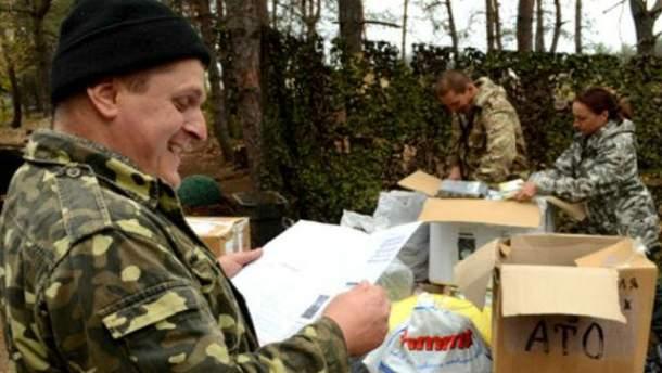 Солдаты разбирают помощь