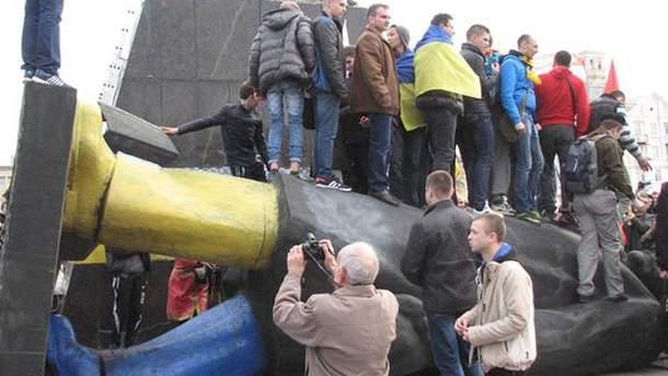 Повалений Ленін у Краматорську