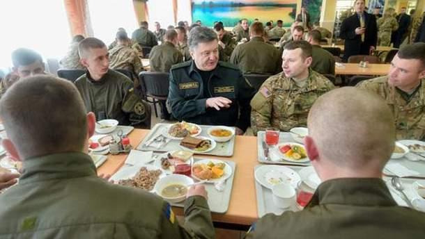 Порошенко обедает на Яворовском полигоне