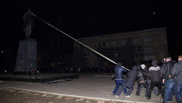 Активісти валять пам'ятник