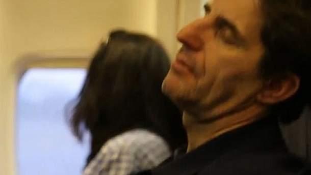 Шкіряк з подружкою в літаку