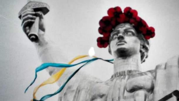 У Києві Батьківщину-мати прикрасили символом Дня Перемоги