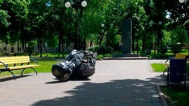 Свергнутый бюст Кирова