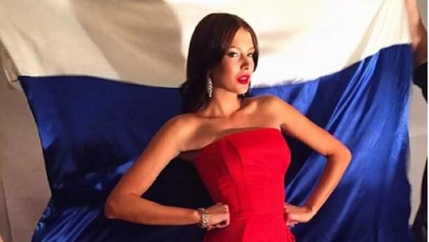 У Росії розгорівся скандал через фото оголеної моделі у триколорі