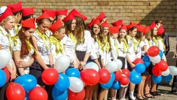 Піонери та кокошники: як провели останній дзвоник у Донецьку
