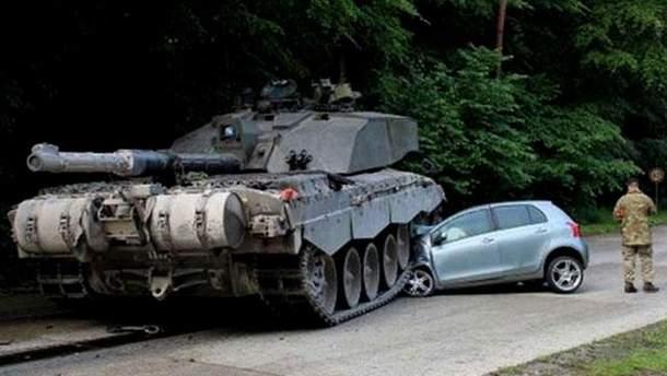 Британський танк розчавив авто
