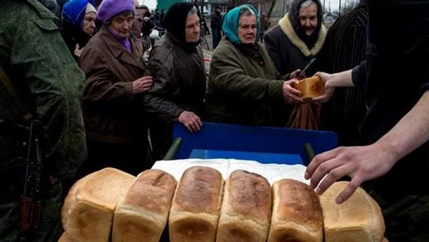 Террористы раздают хлеб