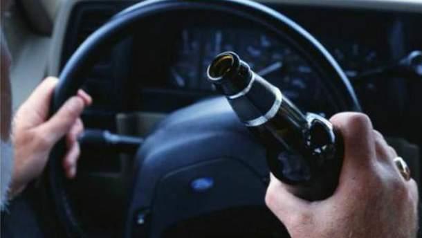На Луганщині п'яний чиновник жорстоко побив пляшкою хлопця