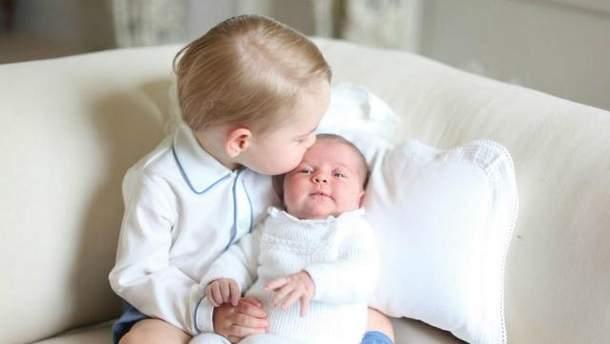 Принц Джордж целует Шарлотту