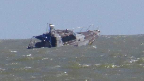 Подорвавшийся катер