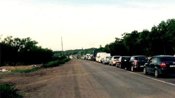 Фото дня: длинная очередь на последнем транспортном коридоре
