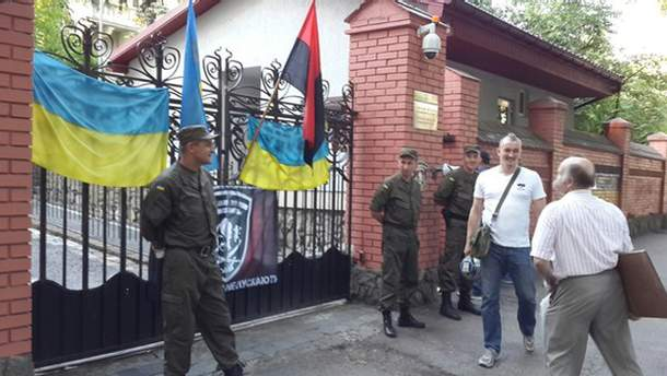 Під російським консульством у Львові