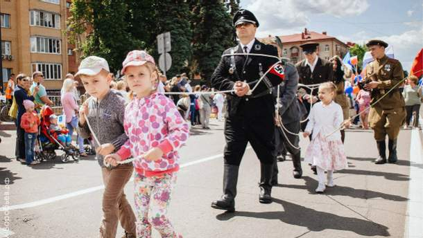 """Дети вывели парадом """"пленных нацистов"""""""