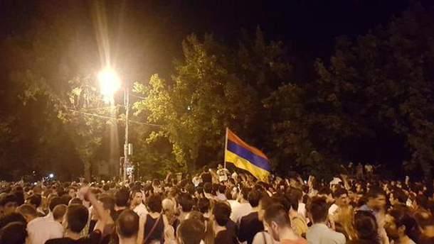 """На армянском """"Майдане"""" появились украинские флаги и зашла речь о палатках"""
