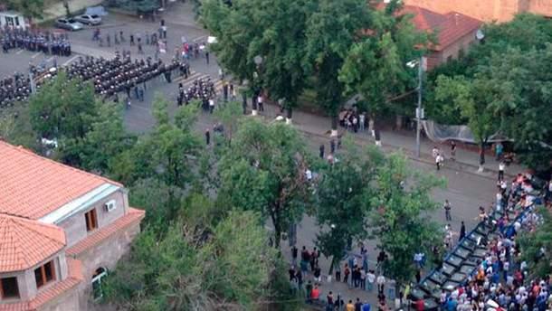 В центр Еревана стягиваются силовики