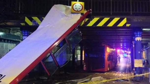 Двоповерховий автобус у Лондоні потрапив в аварію