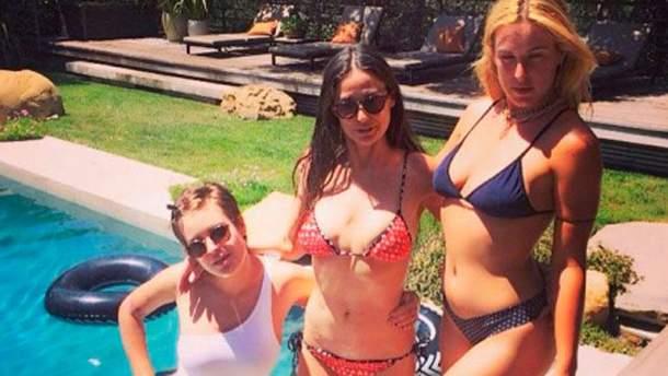 Деми Мур с дочерьми у своего бассейна