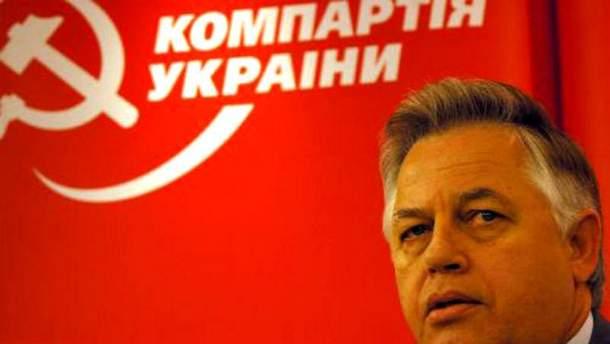 Петр Симоненко на фоне флага КПУ