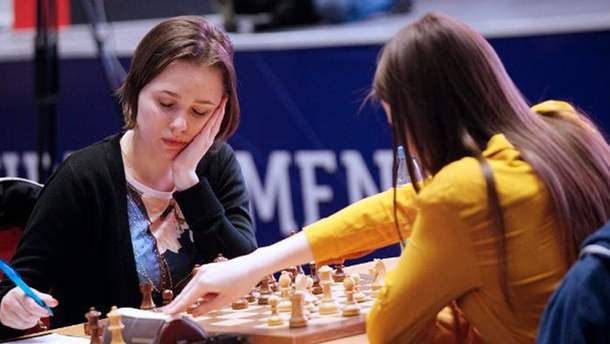 Мария Музычук играет в шахматы