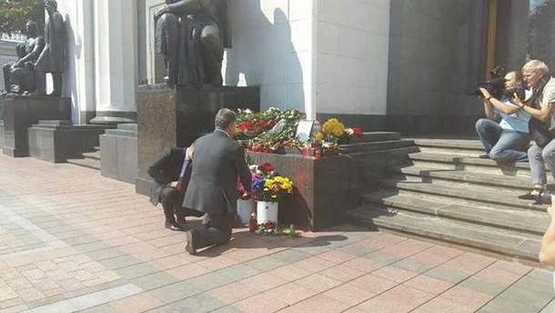 Петро Порошенко покладає квіти під Радою