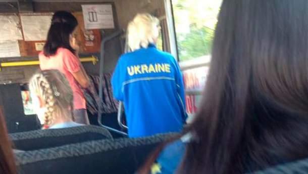 """Жінка у костюмі з написом """"Ukraine"""""""