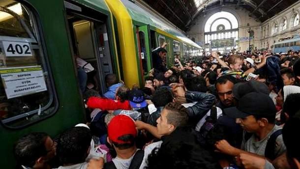Беженцы штурмуют поезд в Венгрии