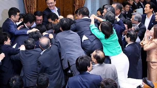 Бійка у японському парламенті