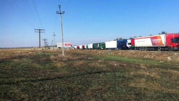 Грузовики на въезде в Крым