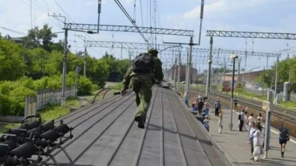 Чоловік на даху поїзда