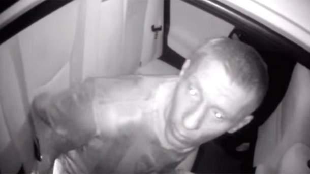 Пьяный мужчина напал на полицейского