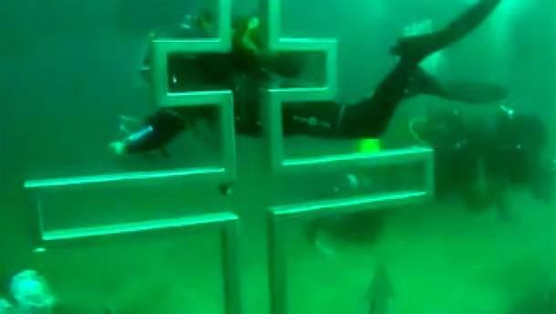 Крест под водой