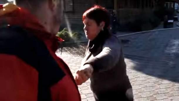 Женщина подралась с журналистами
