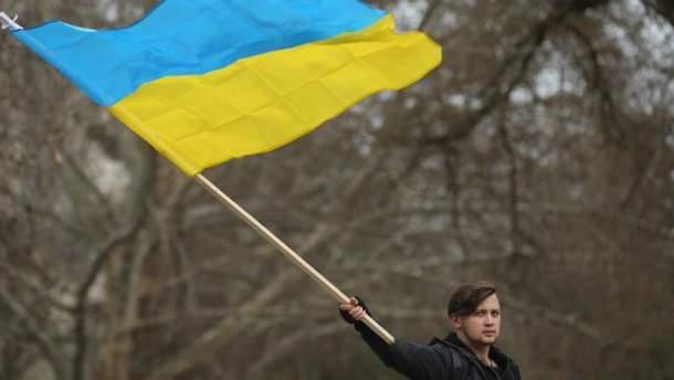 Хлопець тримає український прапор