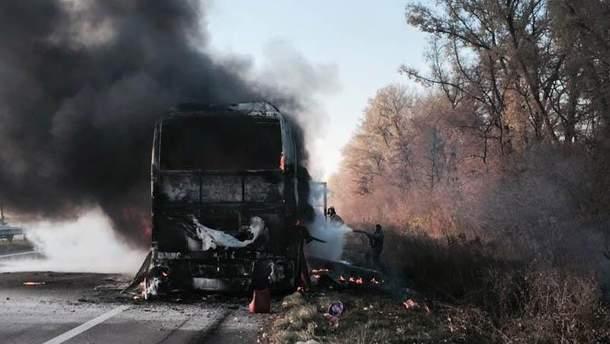 Автобус згорів дотла