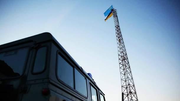 Активісти встановили два прапори — український і кримськотатарський.
