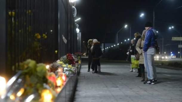 Украинцы несут цветы под российское посольство