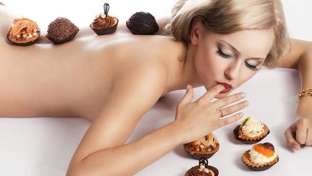 Дівчина їсть солодощі