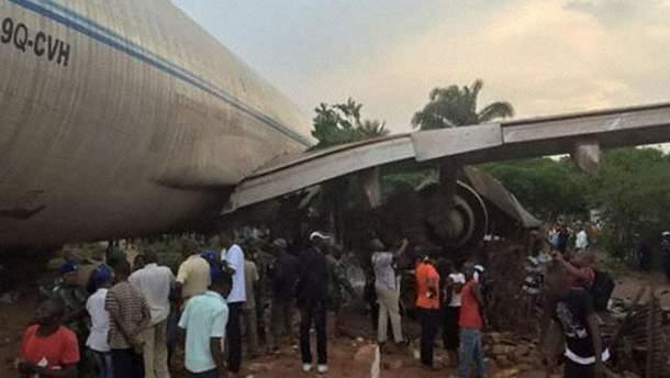 Літак зніс будинки в Конго
